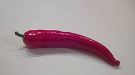 Штучний овоч перець чилі червоний.Муляж перцю.