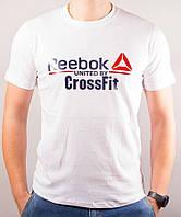Белая футболка с брэндовым логотипом