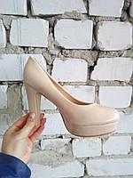 Женские лаковые бежевые туфли KAMENGSI на высоком каблуке.