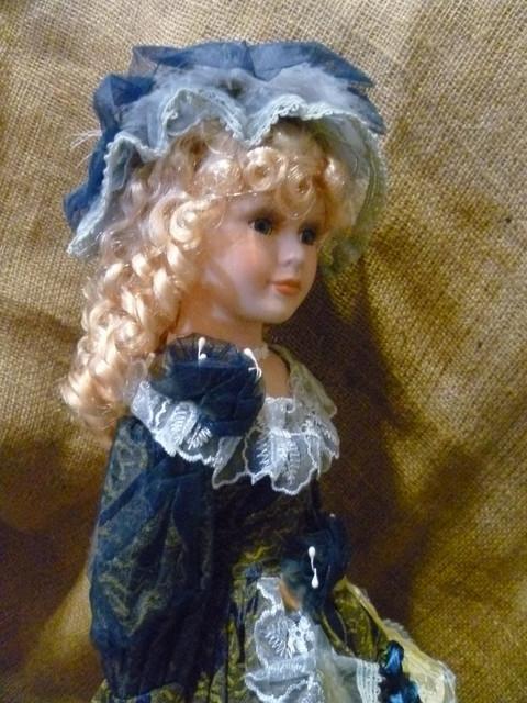 Кукла декоративная фарфоровая