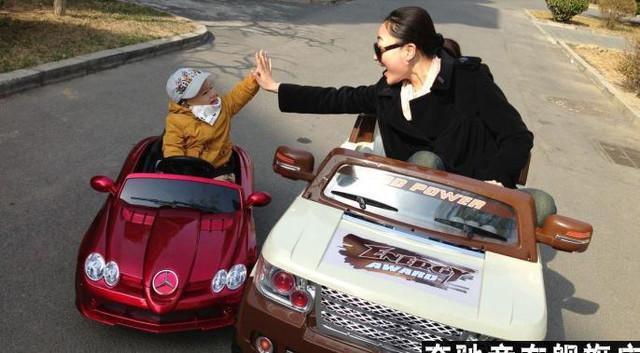 мама и малыш на детском электромобиле