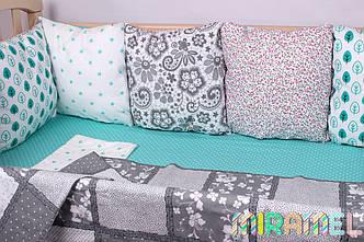 Набор бортиков и постельного в кроватку