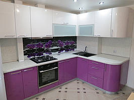 Угловая кухня с применением МДФ фасада с нанесением пластика.
