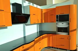 Угловая кухня с применением крашенного МДФ фасада.