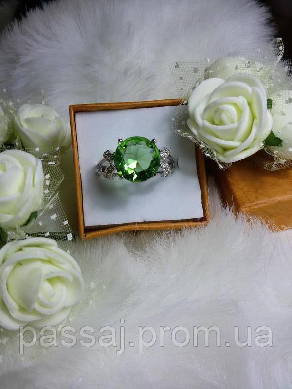 Кольцо  с салатовым камнем