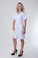 Классический медицинский халат до колен с коротким рукавом.