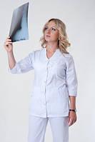Белый женский медицинский костюм на пуговицах