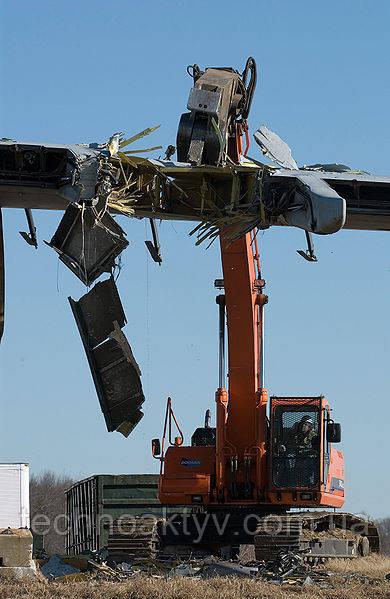 Машина Doosan снимает крыло уничтоженного самолёта в конце взлетно-посадочной полосы 32 в аэропорте Dover Air Force Base, штат Делавэр, США, 17 января 2007 года. Самолёт C-5B 84-0059 разбился 3 апреля 2006 года.