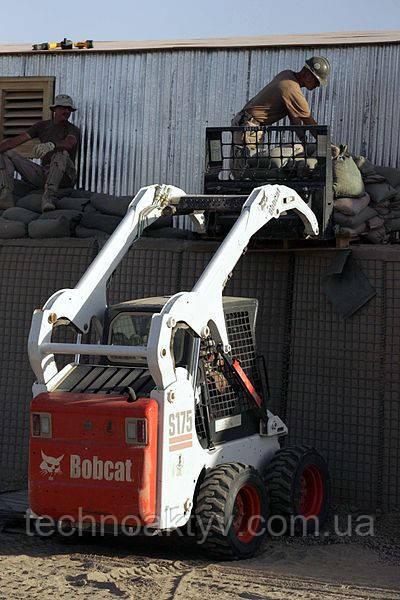 Ar Рамади, Ирак (29 июня 2005) — трактор Bobcat используется флотом США