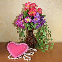 Букетик с красивыми цветам в ореховой вазочке