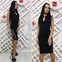 Черное платье с вырезом на груди