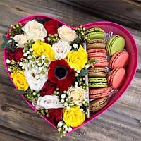 Коробка в форме сердца с макаронс и  цветами микс