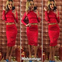Стильный костюм из набивного гипюра с фистоном, юбка миди, красный