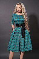 Модное бирюзовое платье в клетку с пышной юбкой под пояс