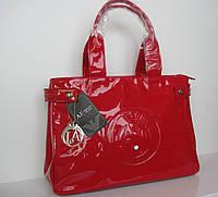 Сумка женская от Armani, качественная реплика, красного цвета, украшена логотипом бренда.