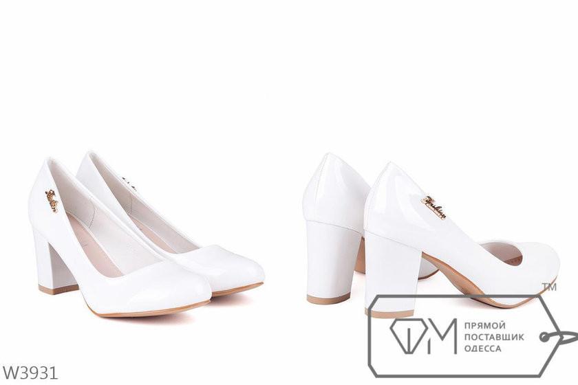 295ff055ebe0 Белые лаковые туфли на устойчивом каблуке -