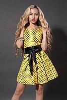 Красивое желтое летнее платье в горошек с поясом