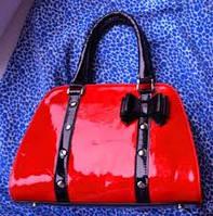 Лаковые сумки – стильная молодость