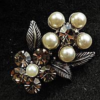 [25/30 мм] Брошь металл под капельное серебро Цветы с листьями, украшенными светлыми  жемчужинами и камнями кристалл сатин
