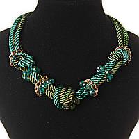 [7 мм] Ожерелье зеленых оттенков из канатов с узелками в с декором из золотистых цепочек и чешского стекла изумрудного цвета