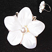 Кольцо без р-р  крупный цветок бежевая бусина Перламутр резной