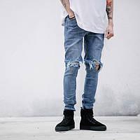 Мужские джинсовые штаны с очень рваными коленями