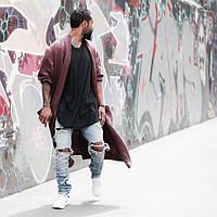 Мужские джинсовые штаны с рваными коленями и замками