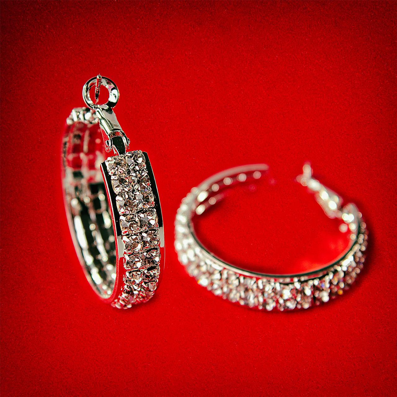[30 мм] Серьги-кольца итальянский замок с белыми стразами маленького размера светлый металл 2 ряда металлическая окантовка -  интернет-магазин «VAVILON».  в Одессе