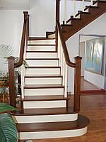 Лестница деревянная закрытая с ограждением