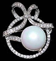 Брошка фирмы Xuping. Цвет: родий. Камни: белый циркон и жемчуг. Высота: 3,5 см. Ширина: 3 см.