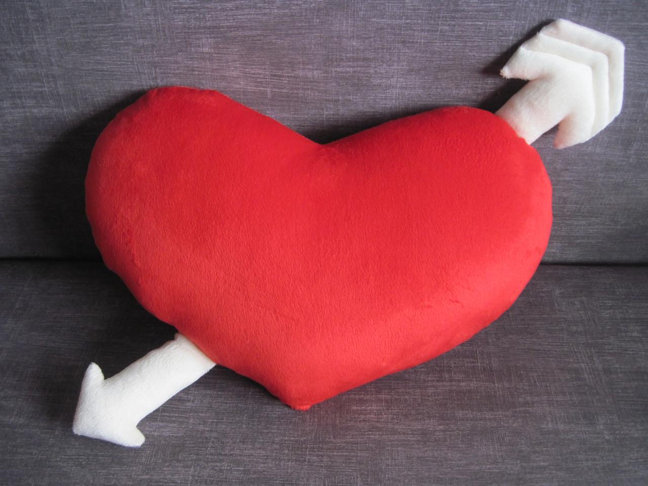 Декоративная подушка сердце со стрелой ручная работа