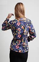 Яркая синяя блузка на пуговицах с цветочным принтом