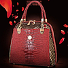 Женская лакированная кожаная сумка вишнёвого цвета