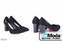 Стильные женские зашевые туфли L&M Black на удобном широком каблуке с круглым носком, красной подошвой и оригинальной пряжкой на боку черные