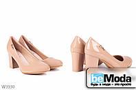 Стильные женские лакированные туфли L&M Mokko на удобном широком каблуке с круглым носком  и оригинальной пряжкой на боку цвета мокко