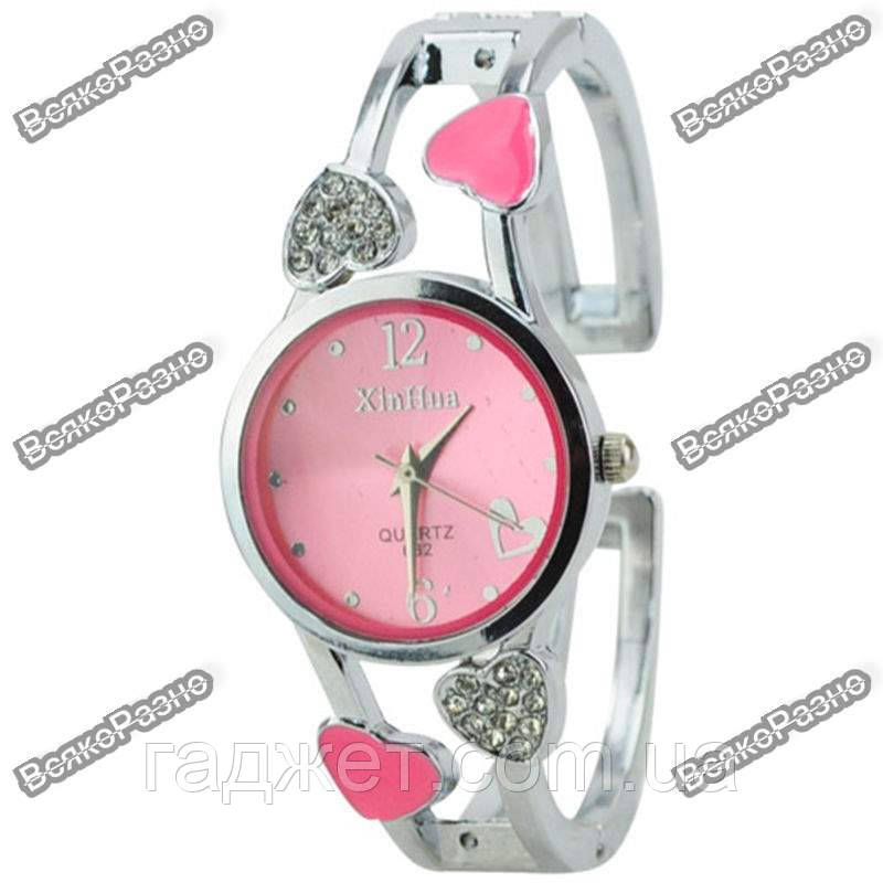 Женские часы с сердечками розового цвета.