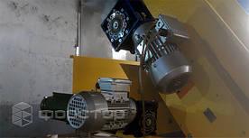 Движение обеспечивается двумя электроприводами, мощностью 0,55 кВт и 0,18 кВт.