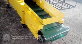 В конструкции используется итальянская ПВХ лента толщиной 3 мм. Лента имеет поперечные шевроны, которые не дают продукции скатываться при движении по наклонному участку конвейера.
