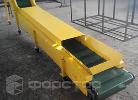 Горизонтальная часть наклонного конвейера закрыта металлической крышкой.