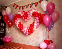 Сердце из шаров и гелиевые шарики в стойках