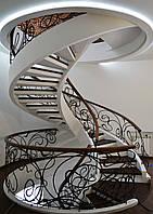 Лестница винтовая открытая с кованными перилами и балюстрадой