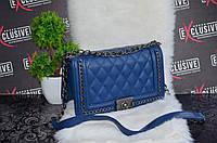 Стильная сумка Шанель бой с цепями синяя.