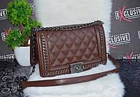 Стильная сумка Шанель бой с цепями коричневая.