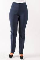 Синие брюки со стрелами модного фасона