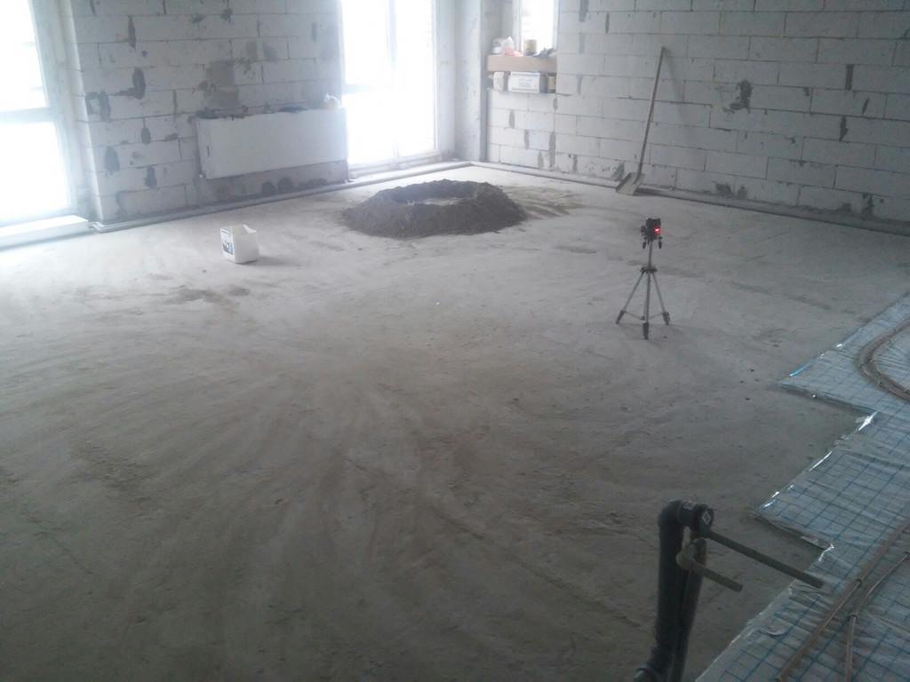 Плита перекрытия тщательно подметена, начинается изготовление раствора для установки маяков.