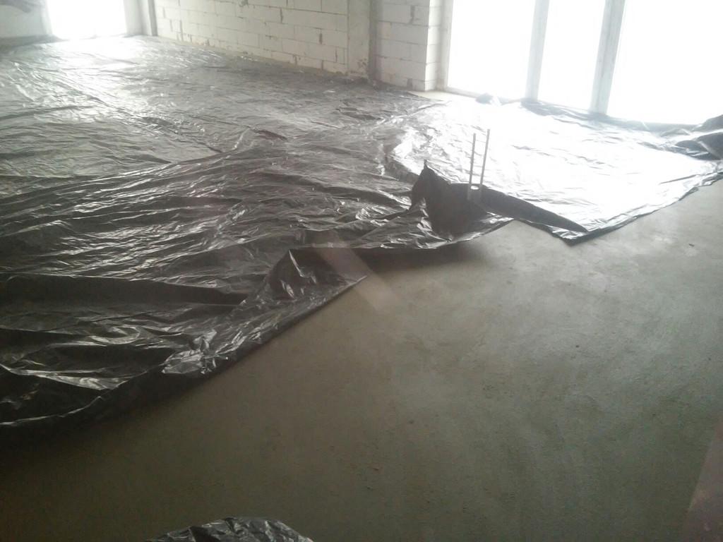 Укрывание всей площади полиэтиленовой плёнкой для обеспечения медленной потери влаги раствором и более равномерного высыхания.