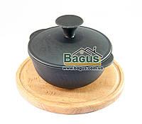 Кастрюля чугунная порционная 0,7л 14х7см с крышкой на деревянной подставке 20см (бук) Эколит (1407КЧП-2)