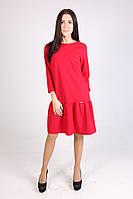 Яркое красное платье с рюшами свободного кроя.