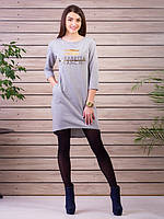Модное светло-серое платье с карманами и рисунком на груди