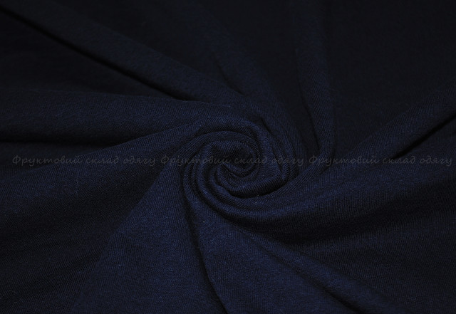 Глубоко тёмно-синяя мужская лёгкая футболка